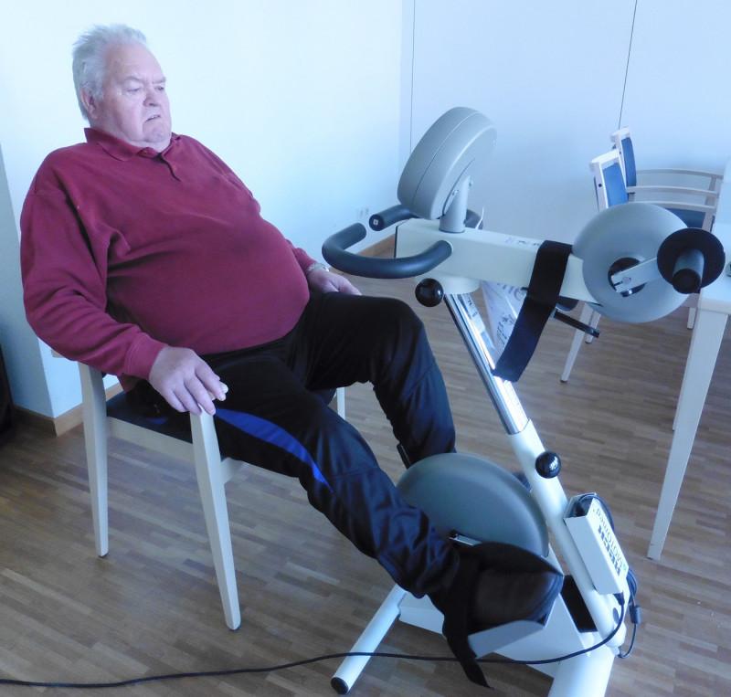 mit der gehhilfe zum fitnesstraining senioren setzen auf. Black Bedroom Furniture Sets. Home Design Ideas